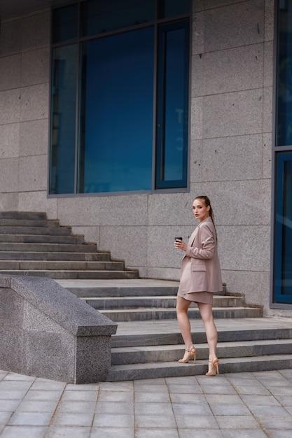 Девушка идет на работу фото девушка модель работы сканера