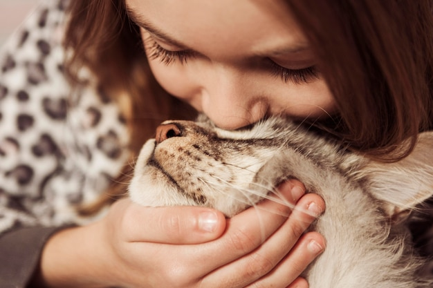 Ragazza che bacia il suo gatto Foto Gratuite
