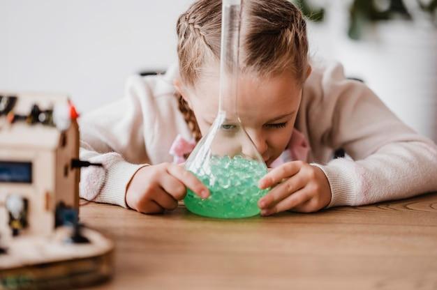 클래스의 화학 원소에 대해 배우는 소녀 프리미엄 사진