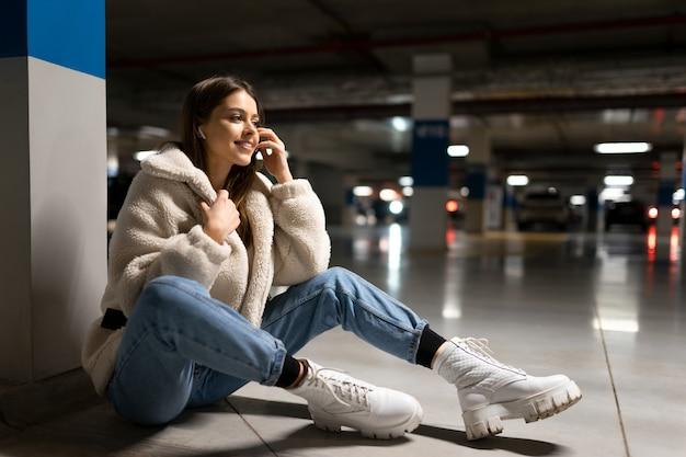 女の子はショッピングモールで音楽を聴く Premium写真