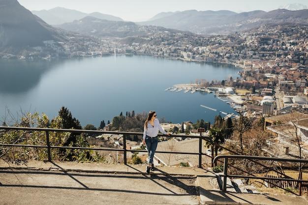 モンテブレ、ルガーノ、スイスのパノラマの風景を見ている女の子 Premium写真