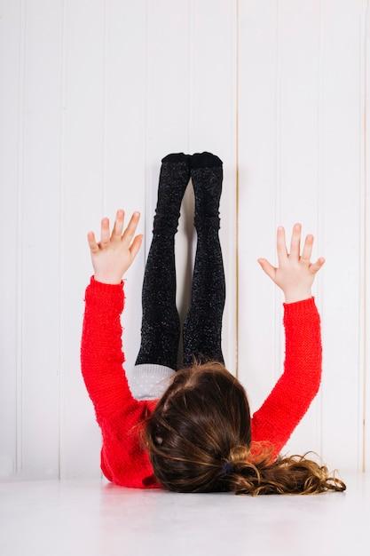 Девушка лежала на полу с поднятыми ногами Бесплатные Фотографии