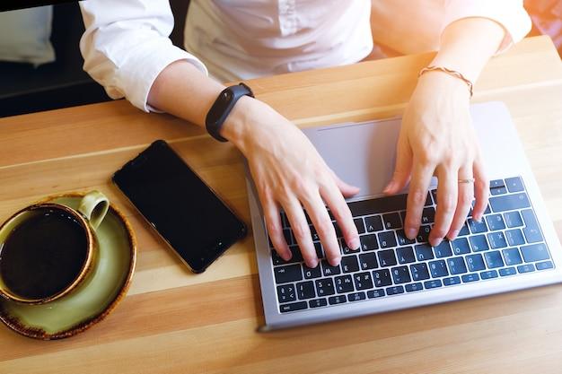 Girl manager, freelancer, business lady working on laptop. Premium Photo