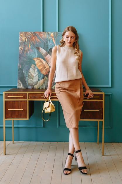 茶色の服の女の子のモデル。 Premium写真