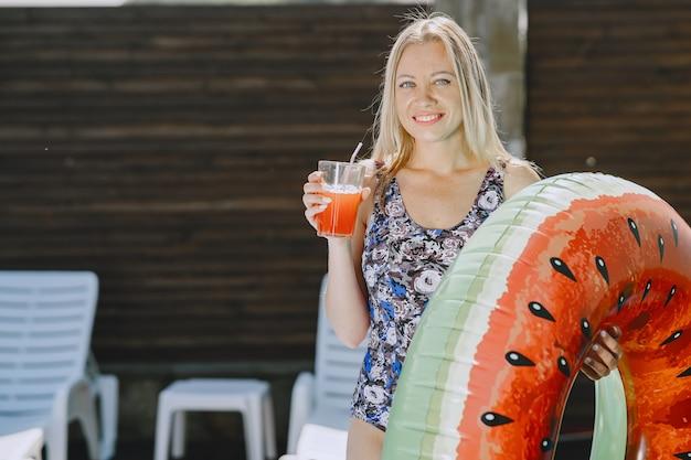 プールの近くの女の子。スタイリッシュな水着の女性。夏休みの女性 無料写真