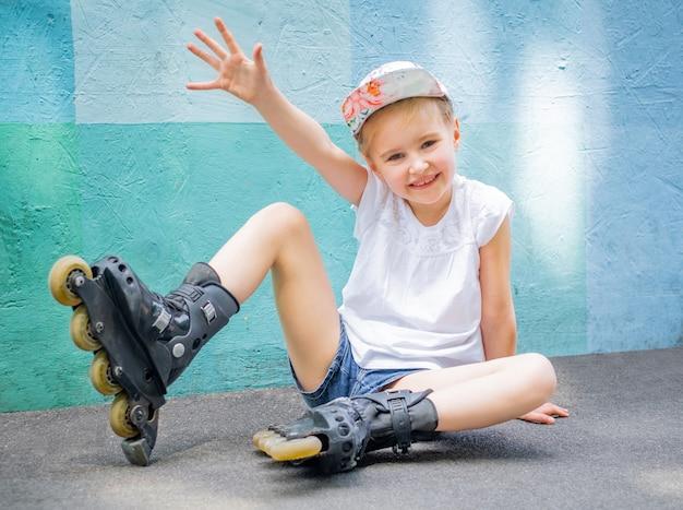 Девушка на роликовых коньках в парке Premium Фотографии