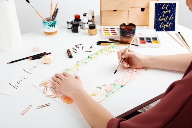 수채화로 종이에 소녀 그림 꽃입니다. 무료 사진
