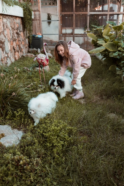 Девушка играет на открытом воздухе со своими собаками Бесплатные Фотографии