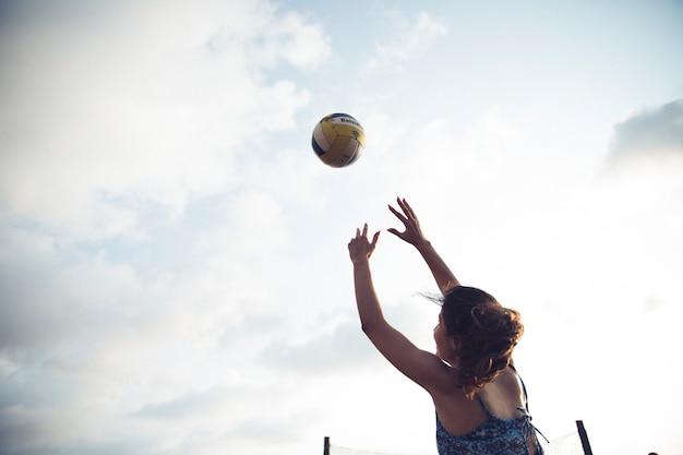 ビーチでバレーボールをしている女の子 無料写真