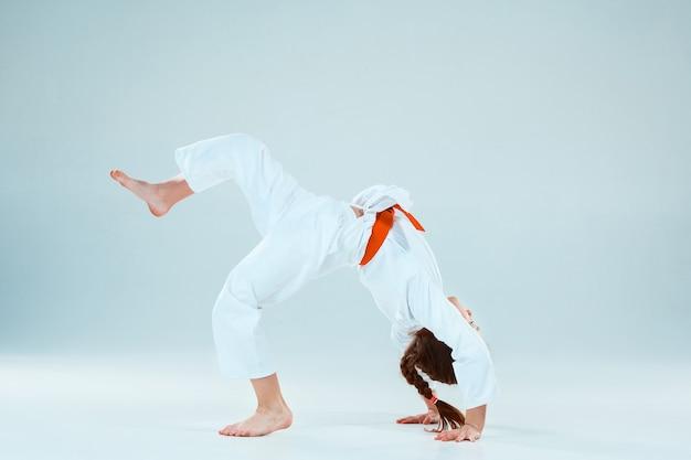 Ragazza che propone all'addestramento di aikido nella scuola di arti marziali. stile di vita sano e concetto di sport Foto Gratuite