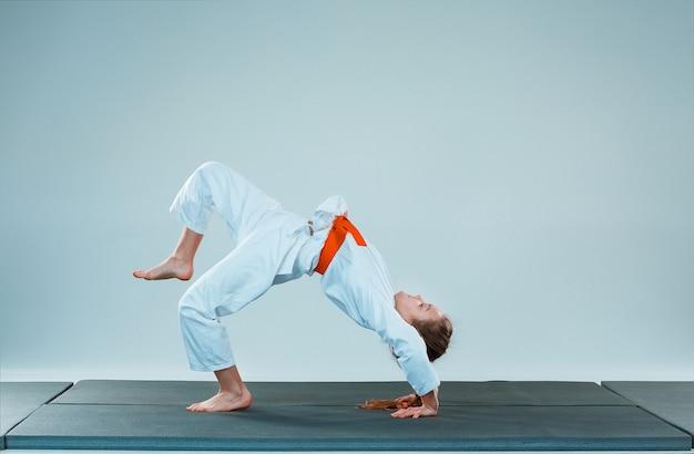 La ragazza che propone all'addestramento di aikido nella scuola di arti marziali. stile di vita sano e concetto di sport Foto Gratuite
