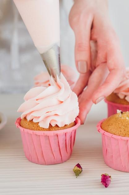 Girl prepares cupcakes Premium Photo