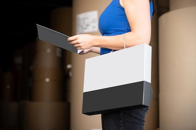 빈 검은 전단지 브로셔 책자를 읽는 소녀. 전단지 발표. 팜플렛은 손을 잡습니다. 여자 쇼 분명 오프셋 용지. 프리미엄 사진