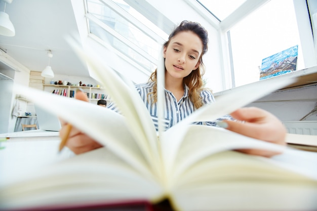 Girl reading in the library Free Photo