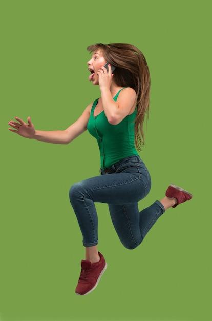 電話で話している間走っている女の子 無料写真