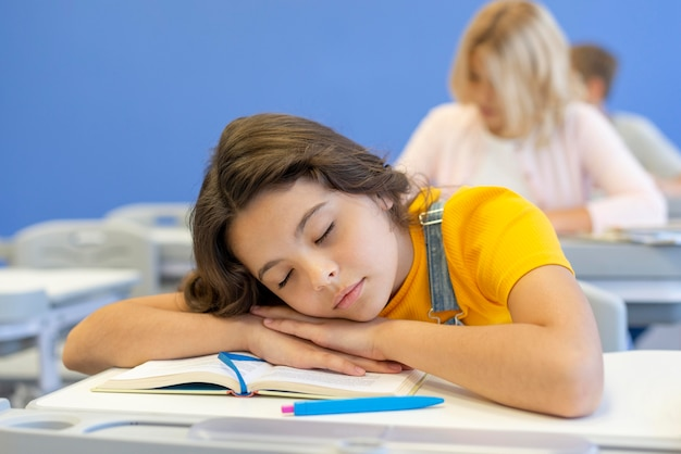 Ragazza che dorme in classe Foto Gratuite
