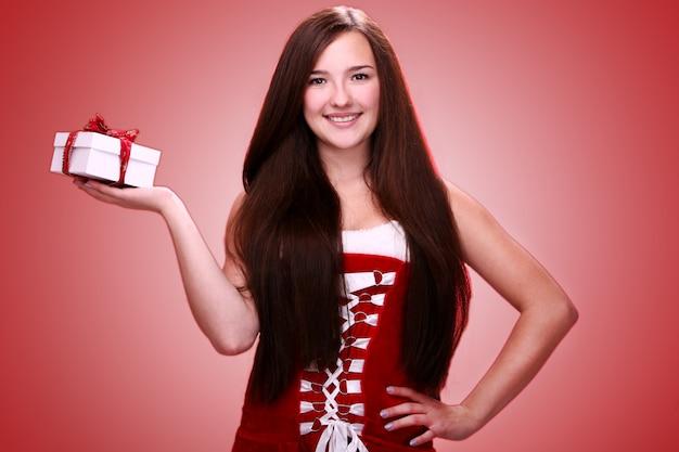 크리스마스 선물로 웃는 소녀 무료 사진
