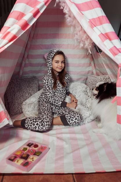 Девушка проводит время со своей собакой Бесплатные Фотографии