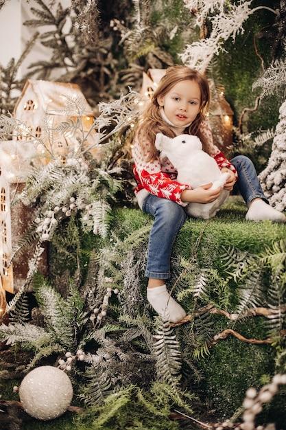 Ragazza in piedi al livello superiore della decorazione natalizia Foto Gratuite