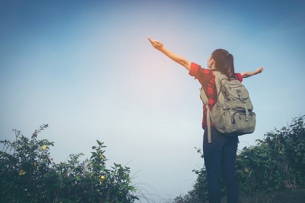 Фото на вершине горы девушка