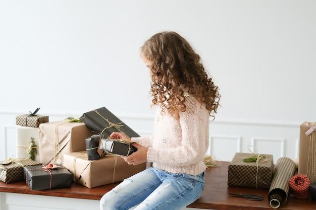 ギフト用の箱に囲まれた少女 無料写真