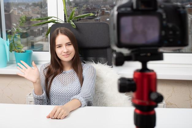 Девушка Снимает Видео На Домашнюю Камеру