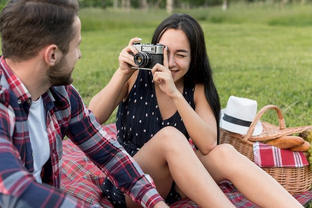 Девушка фотографирует своего парня Бесплатные Фотографии