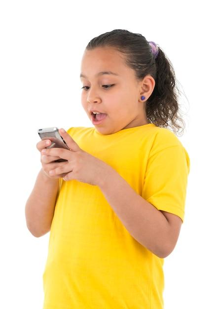 Девушка с помощью мобильного телефона удивлена Premium Фотографии