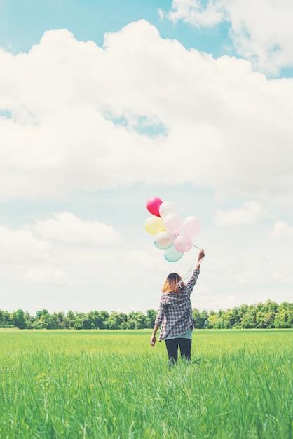 دختر راه رفتن با بالن را در سبزه زار