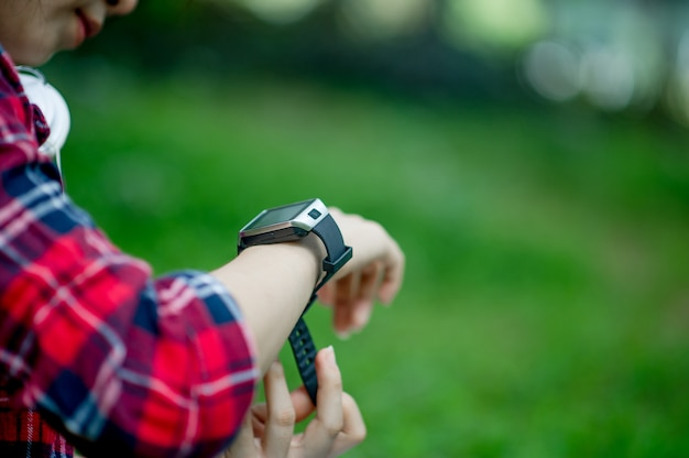The girl watches the watch Premium Photo