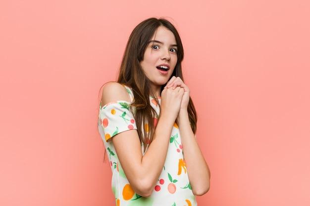 怖いと怖い壁に夏服を着ている少女。 Premium写真