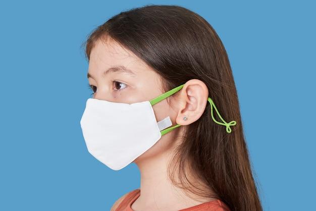 Ragazza che indossa la maschera facciale bianca Foto Gratuite