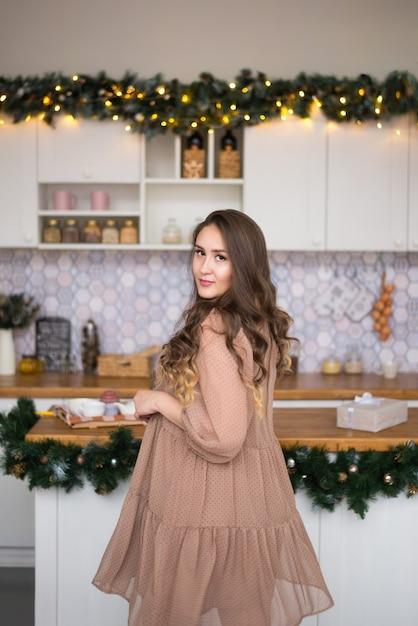 크리스마스와 새 해를 위해 소용돌이 치는 소녀 프리미엄 사진