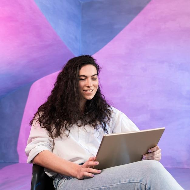 Девушка с красивыми волосами работает на ноутбуке Бесплатные Фотографии