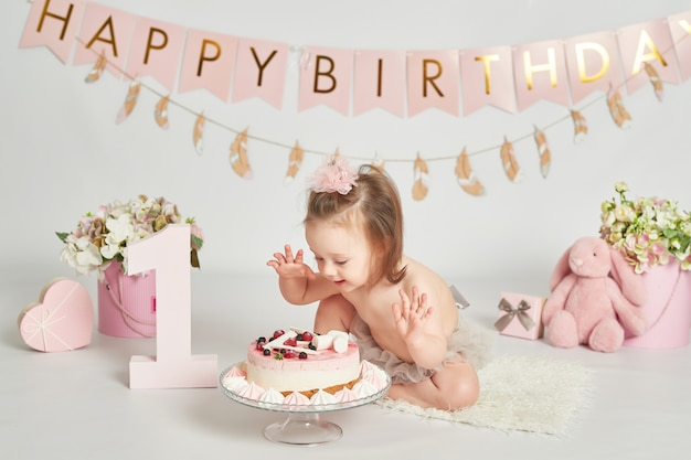 Terrific Girl With A Birthday Cake 1 Year Old Baby Photo Session Premium Funny Birthday Cards Online Alyptdamsfinfo