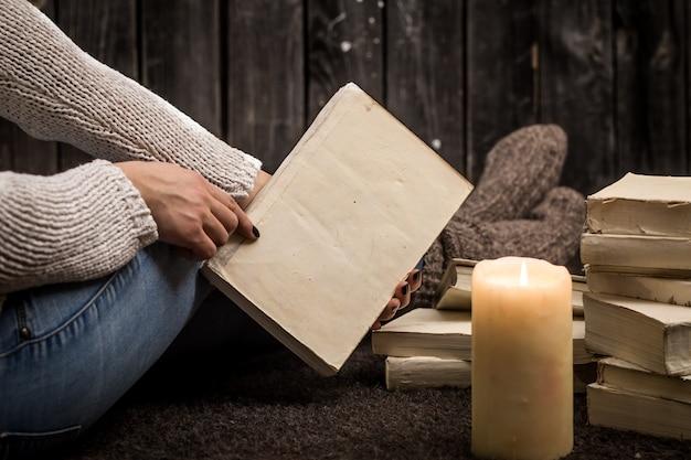 本を持つ少女 無料写真