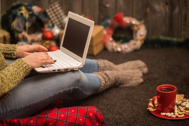Девушка с компьютером новогодний декор Бесплатные Фотографии