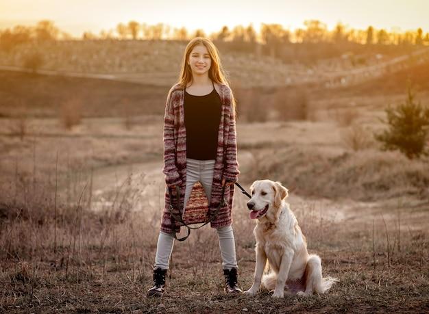 Девушка с собакой в природе Premium Фотографии