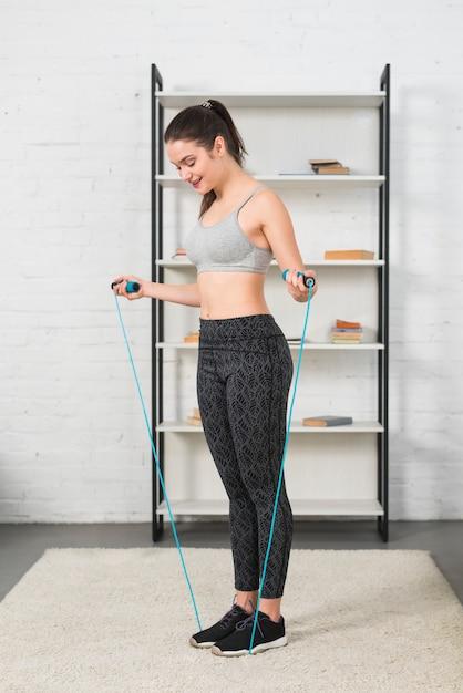 ジャンプするロープを持つ少女 無料写真