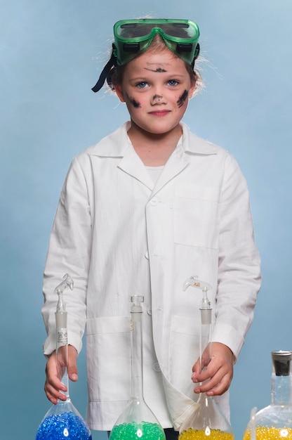 Ragazza con camice da laboratorio e occhiali Foto Gratuite