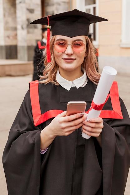 Девушка с мобильным на выпускной Бесплатные Фотографии