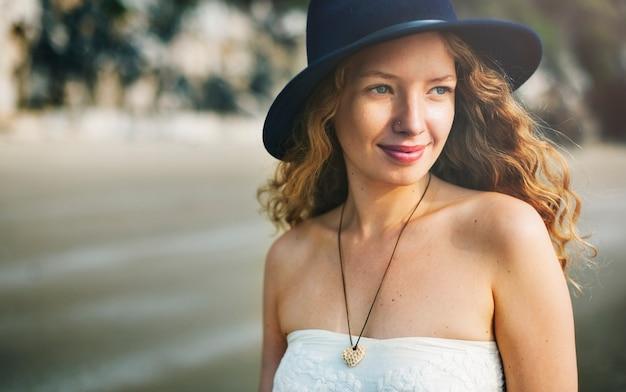 Девушка с улыбкой расслабьтесь счастливая концепция Бесплатные Фотографии