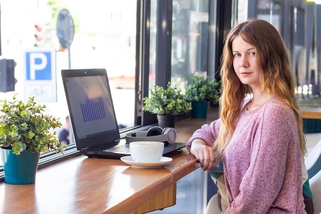 работать онлайн девушка за работой