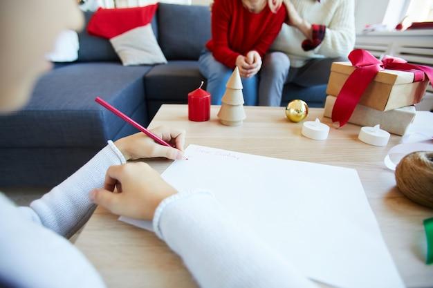 サンタさんに手紙を書く女の子 無料写真
