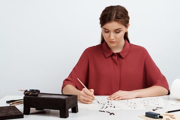 Девушка написание каллиграфии на открытках. арт дизайн. над. Бесплатные Фотографии