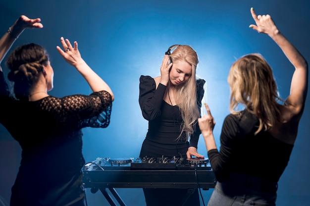 Подружки танцуют на вечеринке Бесплатные Фотографии