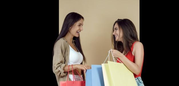ショッピングバッグを持っているガールフレンド Premium写真