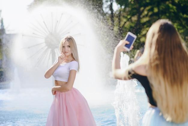 泉の女の子 無料写真
