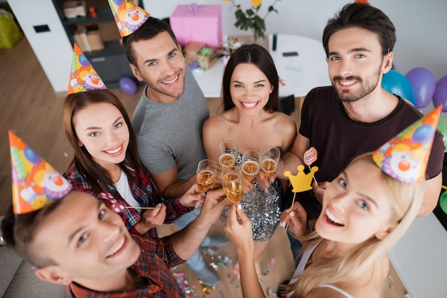 Girls and boys drink champagne and celebrate birthday Premium Photo