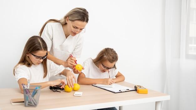 女教師と理科実験をしている女の子 無料写真